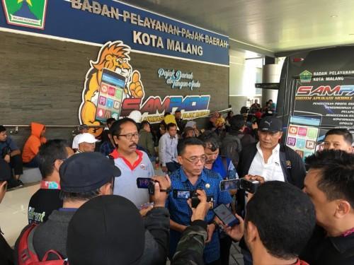 Kepala Bapenda Kota Malang, Ir Ade Herawanto MT (tengah) saat melakukan wawancara (Istimewa).