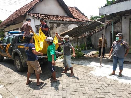 Proses evakuasi mayat yang ditemukan terkubur di belakang rumah di Desa Gajah, Kecamatan Ngoro, Jombang. (Istimewa)