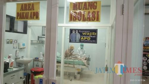 pasien suspect corona saat dirawat di ruang isolasi RSUD dr. Iskak (Joko Pramono for Jatim Times)
