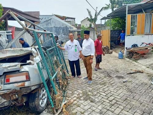 Anggota Komisi C DPRD Kota Malang Ahmad Fuad Rahman  (kanan) saat meninjau kondisi perunahan terdampak banjir di Kelurahan Tunjungsekar. (Istimewa)