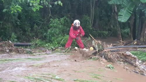 Petugas saat membersihkan area terdampak bencana di di kawasan Jalan Oro-Oro Ombo Kecamatan Batu, Jumat (14/2/2020). (Foto: istimewa)