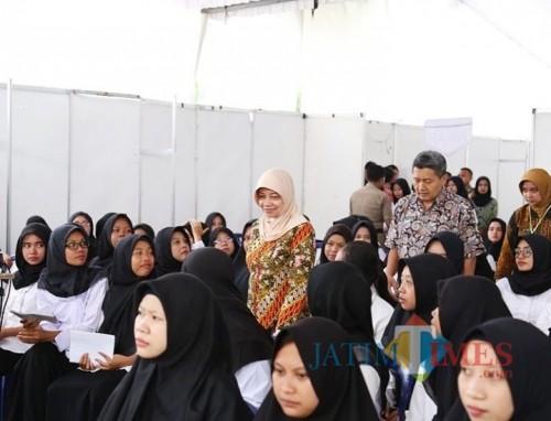 Bupati Kediri Hj Haryanti Sutrisno Bersama Kepala BKD Kabupaten Kediri meninjau proses tes para peserta  SKD CPNS. (Foto: Eko Arif S/JatimTimes)