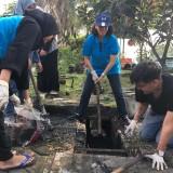 DLH Kota Malang dan Mahasiswa Pengairan UB Bersihkan Banyak Sampah di Selokan Jalan Soekarno-Hatta