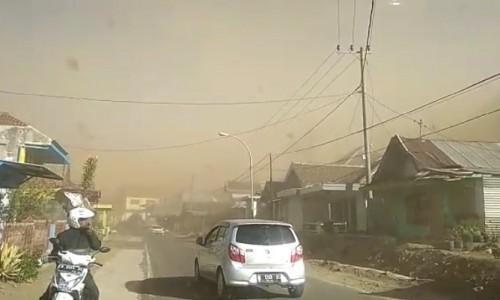 Debu atau tanah yang dibawa angin berada di langit Kecamatan Bumiaji, Minggu (17/11/2019) pagi. (Foto: Istimewa)