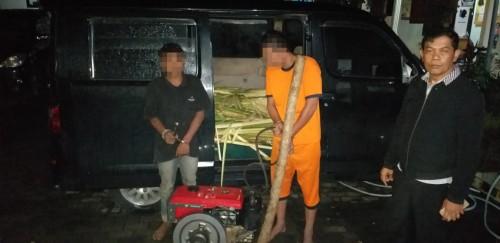 Tersangka Hariyanto (35) dan M. Sukron (15) saat diamankan oleh jajaran Polsek Wonosari bersama barang bukti hasil curiannya. (Foto: Istimewa)