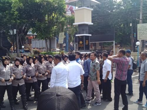 Anggota Polwan yang membuat pagar betis untuk mencegah massa masuk ke Mapolresta Malang Kota (Sat Sabhara Polresta Malang Kota)