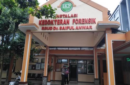 Jenazah salah satu anggota  tim SAR saat dievakuasi ke RSSA Malang.