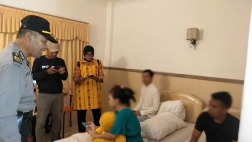 Petugas menemukan pasangan bukan suami istri saat razia hotel di Hari Valentine. (Foto: Istimewa)
