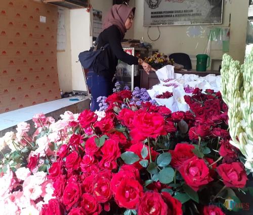 Salah satu pengunjung saat melihat bunga mawar di Pasar Splendid Kota Malang (Arifina Cahyanti Firdausi/MalangTIMES)