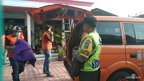 Petugas Inafis Polres Tulungagung mengamankan barang bukti kasur yang digunakan untuk menutupi tubuh korban. (Foto: Joko Pramono/Jatim Times)