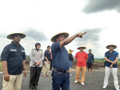 Kakanwil Kemenkumham Jatim, Krismono saat meninjau lahan SAE di Ngajum (Ist)