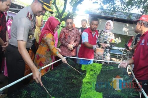 Siti Nur Aziza Ma'ruf saat berkunjung melihat batik ciprat di Yayasan Kinasih Kesamben (Foto: Team BlitarTIMES)