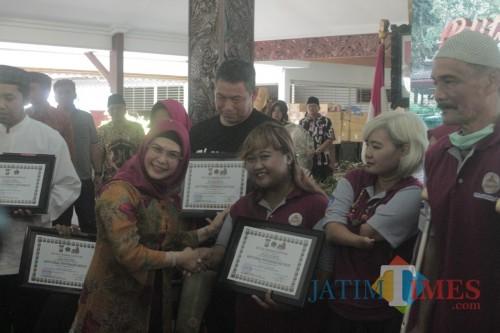 Penyerahan bantuan Kick Andy Foundation oleh Siti Nur Aziza Ma'ruf didampingi Bupati Blitar.(Foto: Aunur Rofiq/BlitarTIMES)