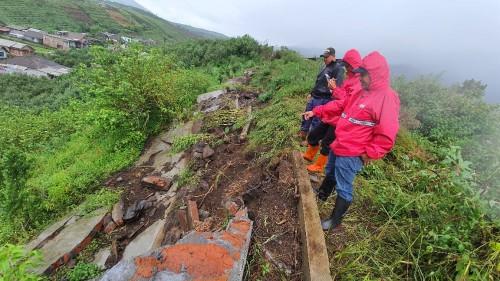 Petugas saat melihat kondisi tembok ambrol di Kampung Besta RT 4 RW 16, Desa Tulungrejo, Kecamatan Bumiaji. (Foto: istimewa)
