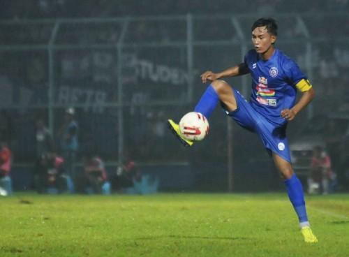Johan Ahmad Farizi saat menguasai bola (official Arema FC)