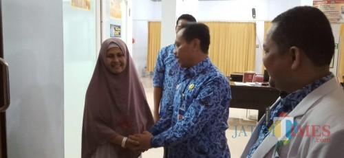 Direktur RSUD dr. Iskak, Supriyanto memberikan selamat pada Yatim Muhaini lantaran hasil laboratorium menyatakan dirinya bebas Covid-19 (Joko Pramono for jatim Times)