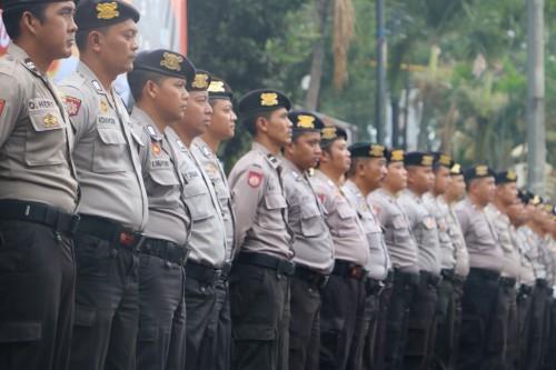 Apel gelar pasukan sesaat sebelum personel kepolisian diterjunkan untuk melakukan giat razia penyekatan suporter Arema dan Persebaya