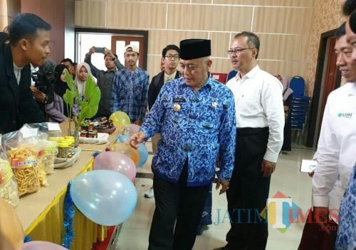 Bupati Malang Sanusi dan Rektor UIN Malang Prof Haris mengunjungi salah satu stan Expo KKN UIN Mengabdi. (Foto: Ima/MalangTIMES)