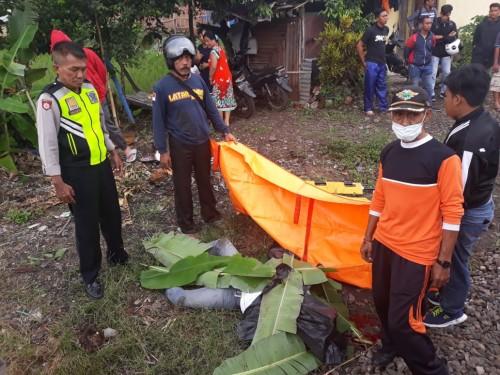 Saat evakuasi korban Suyanto (59) di perlintasan Rel Kereta Api Karanglo.