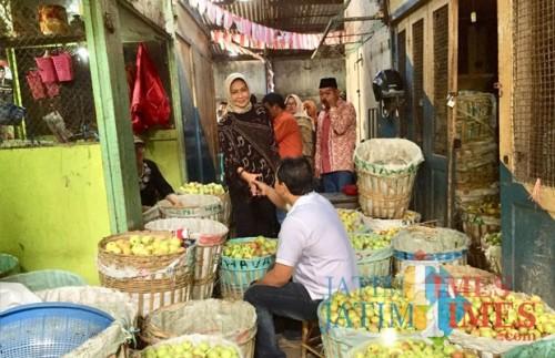 Wali Kota Batu Dewanti Rumpoko saat berkomunikasi dengan pedagang pasar buah, Kamis (23/8/2018). (Foto: Irsya Richa/MalangTIMES)