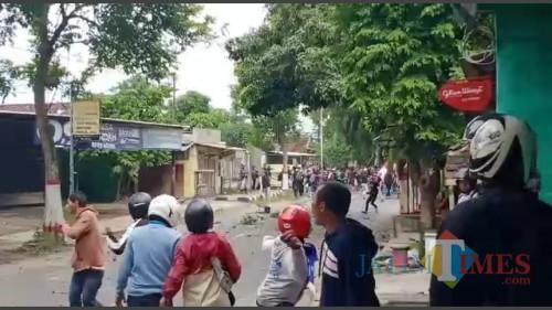 Bentrokan suporter Bonekmania VS Aremania di Kelurahan Bendo, Kota Blitar.(Foto : Malik Naharul/BlitarTIMES)
