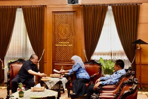 Gubernur Khofifah Serahkan Buku Percepatan Pembangunan Ekonomi Jatim kepada Ketua DPD RI