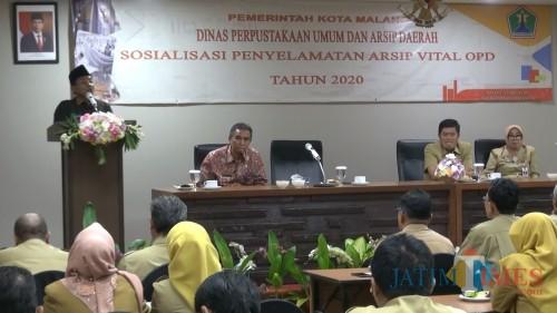 Wali Kota Malang Sutiaji (berdiri) saat lakukan sosialisasi penyelamatan arsip perangkat daerah Kota Malang. (Foto: Pipit Anggraeni/MalangTIMES).