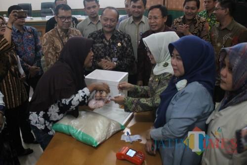 Melalui Bansos, Pemkab Turunkan Angka Kemiskinan di Jombang