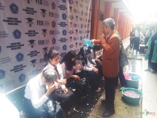Usai Yudisium Formal, Mahasiswa FEB Unikama Jalani Prosesi Siraman Air Kembang