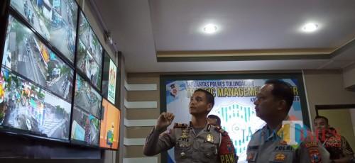 Kapolres (kanan) menerima penjelasan TMC dari Kasat Lantas (Joko Pramono for Jatim Times)