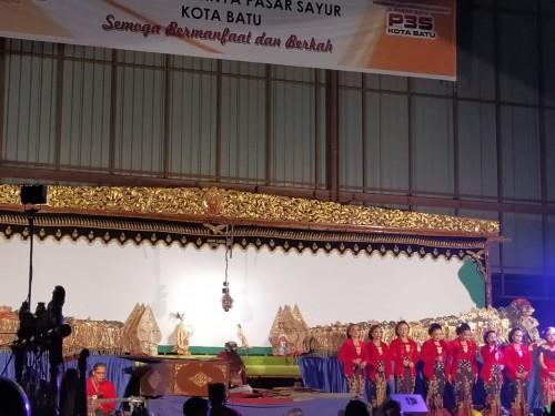 Pasar Batu Diresmikan Dewanti Rumpoko, Para Pedagang Gelar Wayang Kulit