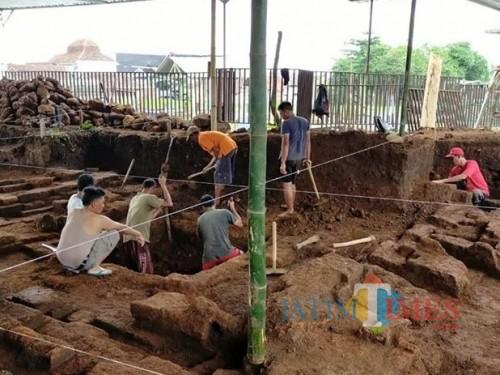 Penemuan sumuran di situs Desa Pendem Kecamatan Junrejo.