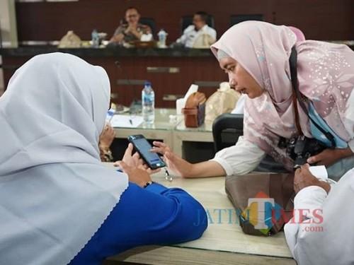Salah satu ASN bertanya kepada petugas saat menjajal sensus pendudukan online di Balai Kota Among Tani. (Foto: Dokumen JatimTIMES)