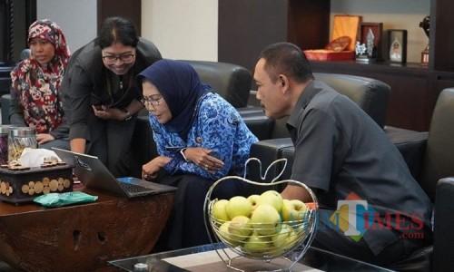 Wali Kota Batu Dewanti saat mengisi sensus penduduk online ditemani Kepala BPS Kota Batu Parjan di Balai Kota Among Tani beberapa saat lalu.