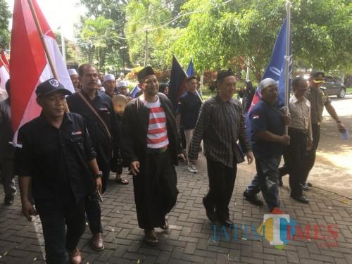 Heri Cahyono (baris depan, dua dari kiri) dan Gunadi Handoko (baris depan, tiga dari kiri) saat mendaftarkan diri sebagai calon bupati dan wakil bupati Malang melalui jalur perseorangan. (Foto : Ashaq Lupito / MalangTIMES)