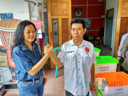 Pasangan Lisminingsih-Teteng saat menyerahkan persayaratan dukungan ke KPU Kota Blitar (Foto: Malik Naharul/BlitarTIMES)