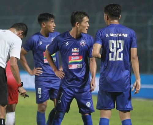 Pemain Arema FC saat mengenakan jersey dengan beberapa sponsor yang menempel (official Arema FC)