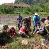Peduli Kelestarian Alam, Muspika dan Koramil 0808/17 Bakung Tanam Pohon Mangrove