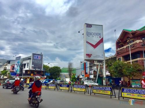 Salah satu iklan rokok di jalan Diponegoro, Kecamatan Batu. (Foto: Irsya Richa/MalangTIMES)