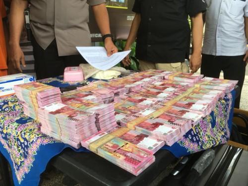barang bukti yang disita polisi dari pelaku penipuan berkedok anggota kepolisian gadungan