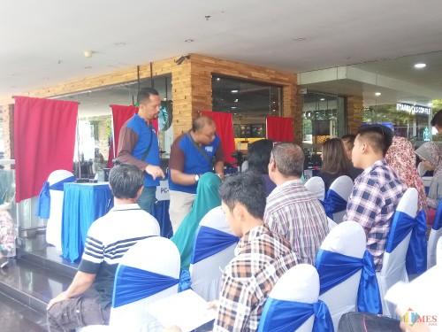 Masyarakat yang antusias memanfaatkan pelayanan perekaman e-KTP di mal. (Anggara Sudiongko/MalangTIMES)