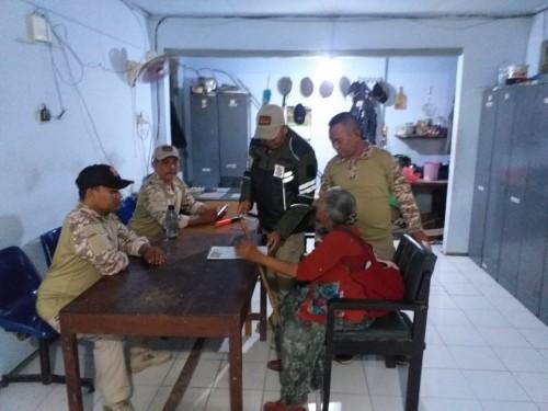 Mengenakan baju merah, pengemis kaya Ngatmini diperiksa di kantor Satpol PP Jombang usai dirazia. (istimewa)