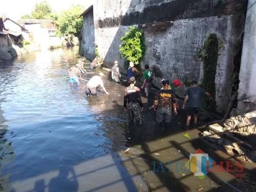Ratusan Banser Nyemplung Sungai Bersihkan Sampah