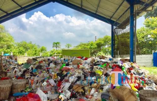 Tumpukan sampah di TPST 3R di Kelurahan Dadaprejo, Kecamatan Junrejo. (Foto: Irsya Richa/MalangTIMES)