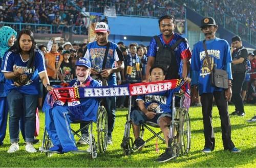 Penyandang difabel yang setia menonton Arema FC di Stadion Kanjuruhan. (Official Arema FC)