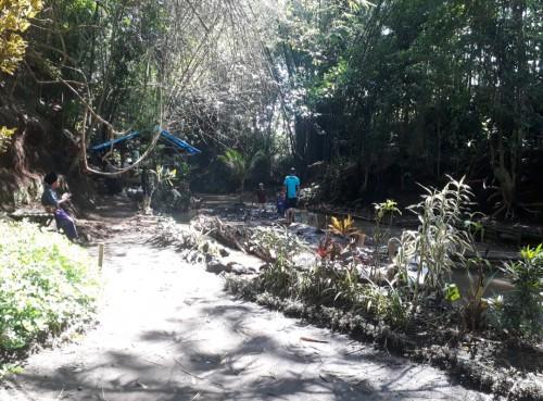 Anggota Kaliku (Kelompok Aktivis Lingkungan Hidup dan Kelestarian Budaya) sedang melakukan kegiatan rutinan, yakni membersihkan Sungai Anak Metro. (Foto: Tubagus Achmad/MalangTimes)
