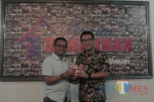 Direktur Utama Graha Bangunan Daniel Lim (kanan) menyerahkan hadiah utama Undian Berhadiah Rp 700 Juta kepada Hidayatur Rofik.(Foto : Aunur Rofiq/BlitarTIMES)