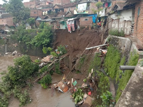 Plengsengan di Muharto yang ambrol usai diguyur hujan deras (ist)