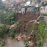 Dua Jam Diguyur Hujan Deras, Plengsengan Sungai Brantas di Muharto Ambrol