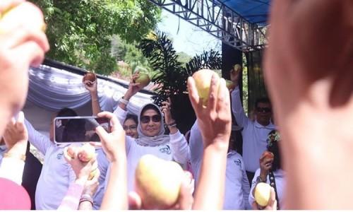 Wali Kota Batu Dewanti Rumpoko saat mengangkat apel room beauty saat HPSN di Dusun Songgoriti, Kelurahan Songgokerto, Kecamatan Batu.
